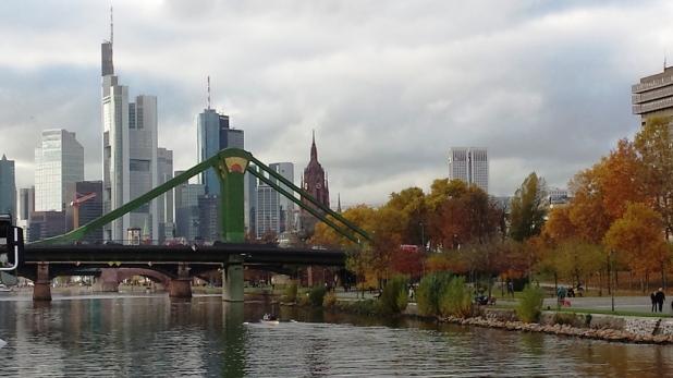Frankfurter Skyline und Eiserner Steg im Herbst