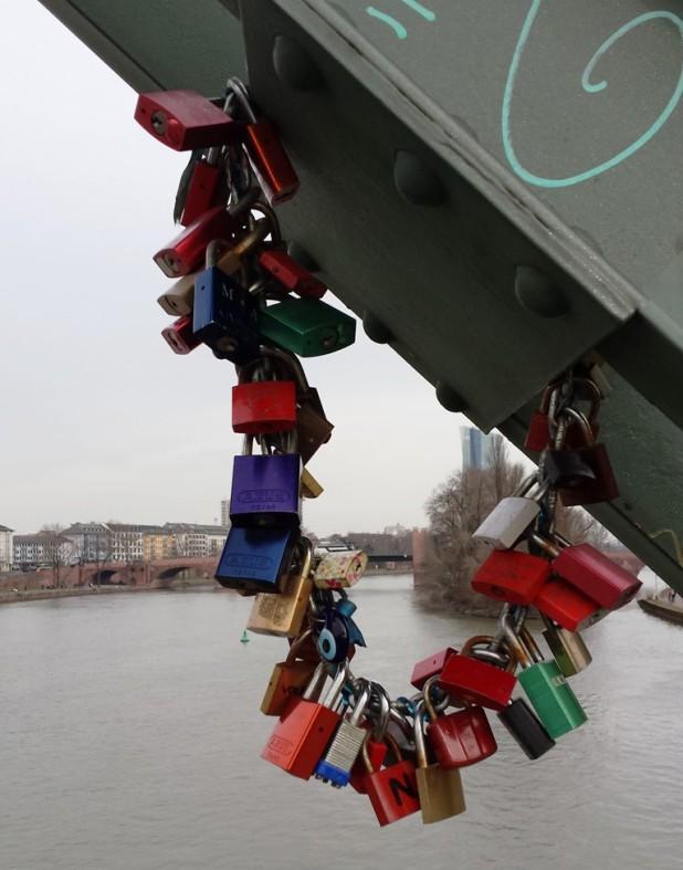 Frankfurt eiserner Steg Liebesschlösser