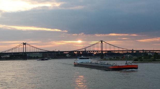 Rheinbrücke mit Frachter