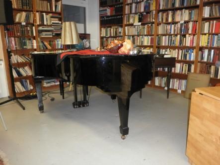 Buchhandlung Schutt, mit Klavier