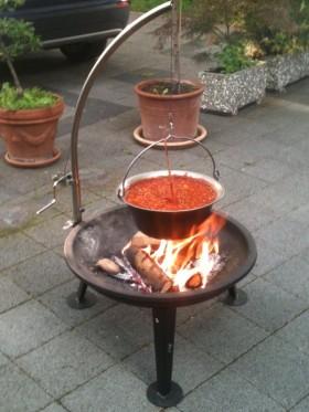 Kochtopf über offenem Feuer