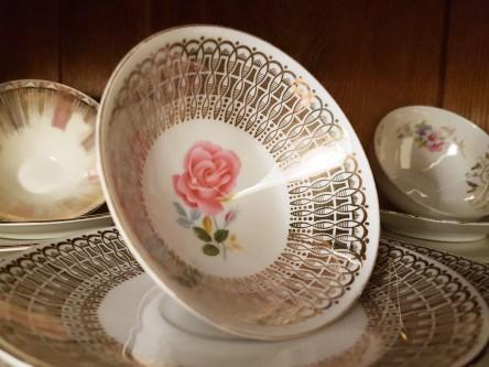 Sammeltasse mit Goldbordüre und rosa Blüte