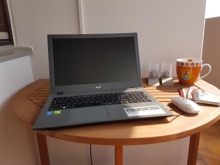 Laptop auf Balkontisch