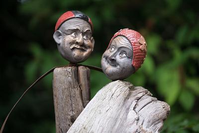 Köpfe, zwei alte Menschen, Man und Frau, Badekappen