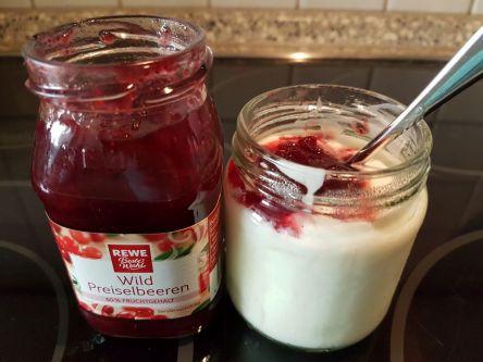 selbstgemachter Naturjoghurt mit Preiselbeeren