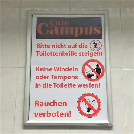 Bitte nicht auf die Toilettenbrille stellen