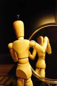 Holzfiguren, Puppen, Fragen Spiegelbild