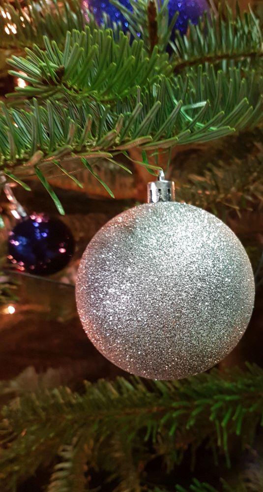 silberne Weihnachtskugel