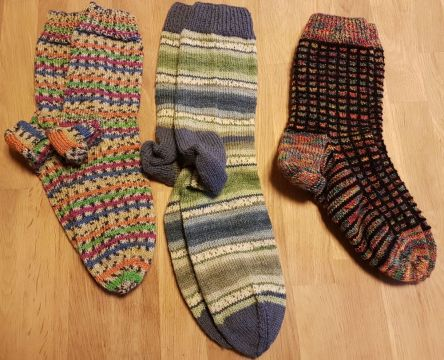 drei Paar handgestrickte Socken