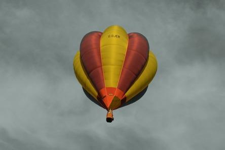 Grauer Himmel, Heißluftballon,
