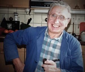 Lachender Mann mit Pfeife