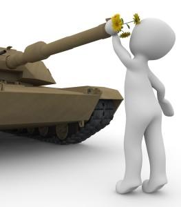 Panzer mit Blumen im Rohr