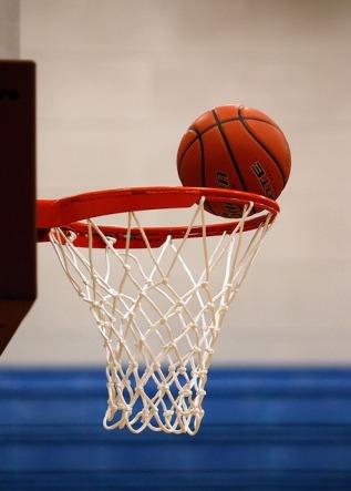 Basketball auf Korb