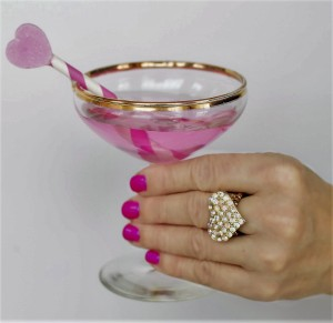 Damenhand, Cocktailglas, Glitzernder Ring