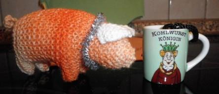 Schwein und Schnapsbecher
