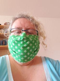 Meike mit grüner Maske