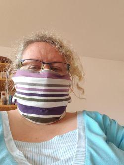 Meike mit gestreifter Maske