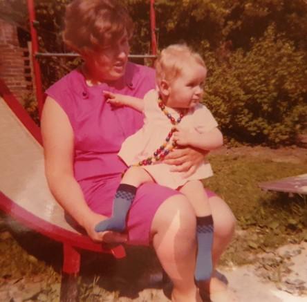 Mutter und Tochter auf der Rutsche