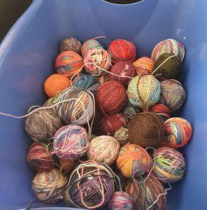 Verschiedene Wollreste in Wäschewanne